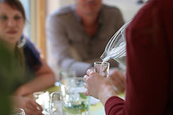 Une participante à l'atelier culinaire se sert un verre de lait végétal