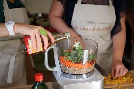 Des participants de l'atelier du Champ de l'Être prépare une recette savoureuse à l'aide du blender