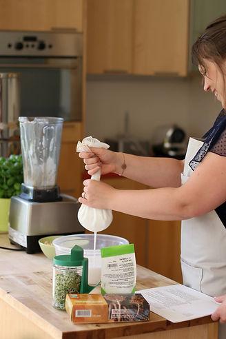 Une participante à l'atelier culinaire réalise un lait végétal