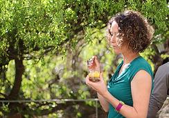 Une participante de l'atelier culinaire déguste un dessert sain et fruité