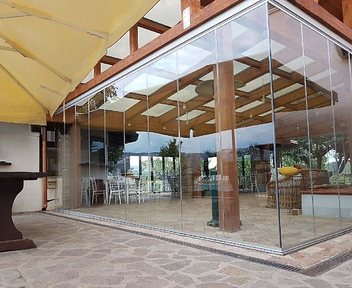 Portico in legno con vetrata a pacchetto per attività commerciale