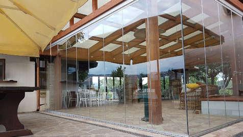 Vetrata tutto vetro su portico commerciale