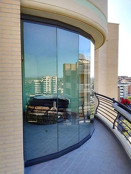 Vetrata sfaccetta tutto vetro con vista su Roma