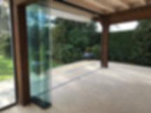 Vetrata a pacchetto su portico in legno