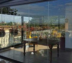 Veranda con vista completa su Roma grazie alla vetrata panoramica