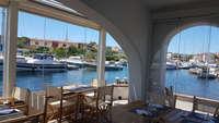 Vetrata frangivento tutto vetro per ristorante sul mare