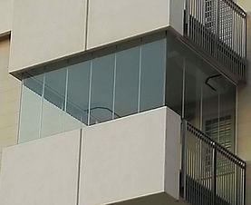 Vetrata panoramica su balcone con angoli completamente a giorno