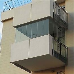 Balcone con vetrata panoramica con angoli a giorno