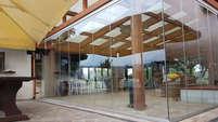 Vetrata frangivento tutto vetro per portico in legno