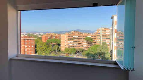 Vetrate panoramiche su balcone con veduta su Roma