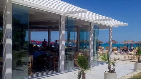Vetrina paravento scorrevole per ristorante sul mare