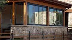 Vetrate a pacchetto su portico in legno