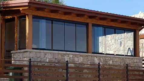 Portico in legno con vetrate panoramiche