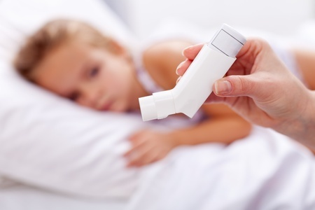 11411303_s - Child with asthma inhaler