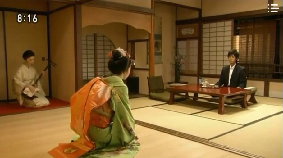 maiko performing a dance