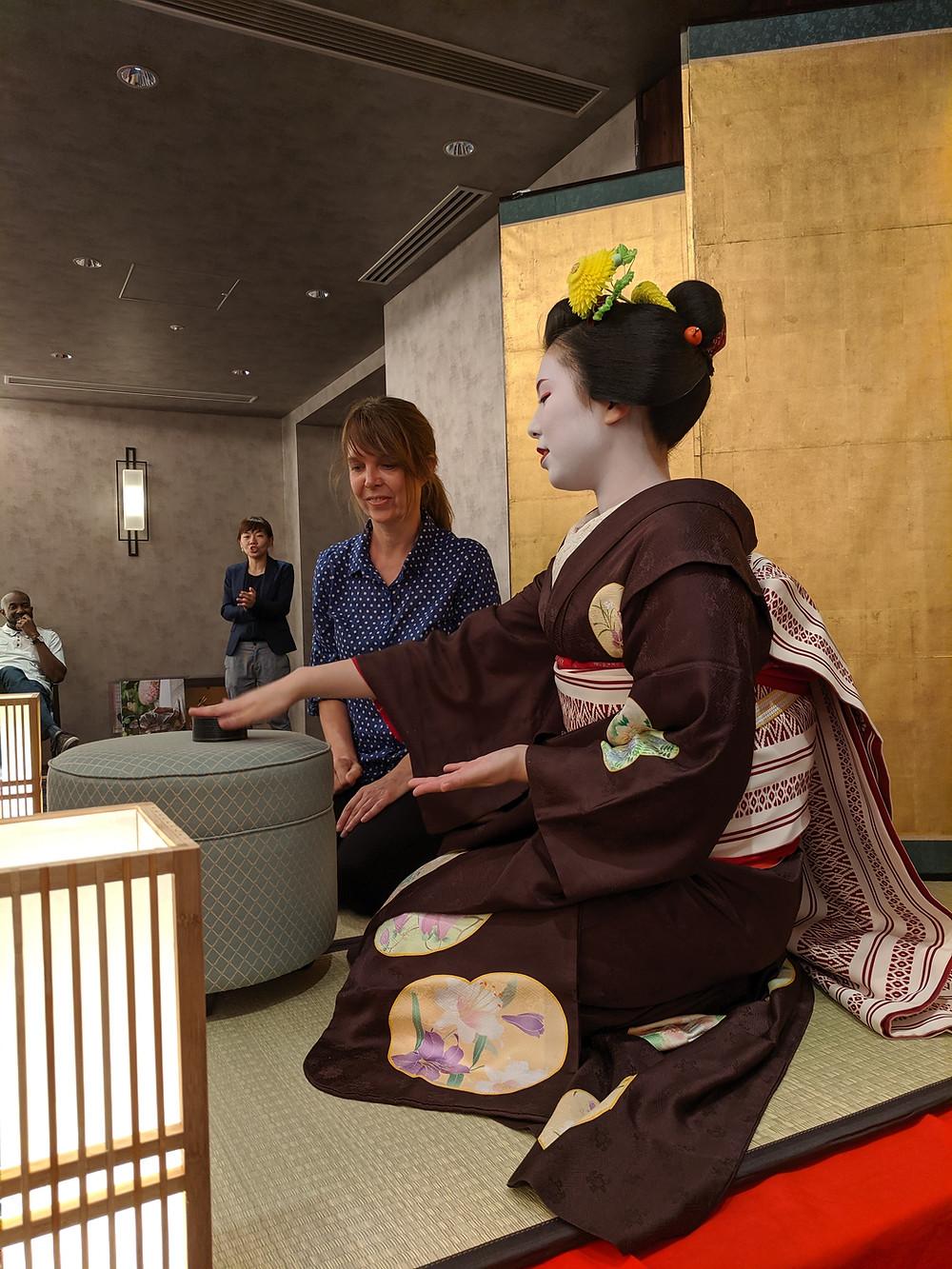 Zusetsu furoshiki, maiko, Kyoto, game, tatami