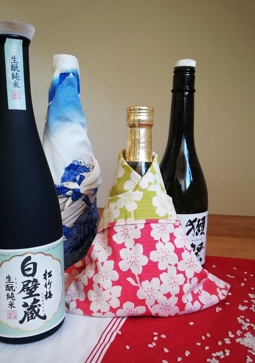 Zusetsu furoshiki gift-wrapping bottles of wine and sake
