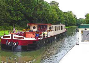 passing-hotel-barge3.jpg