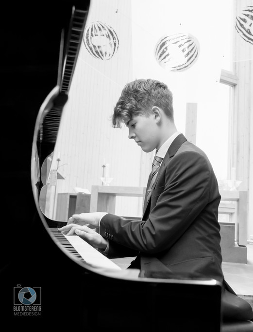 Adrian_piano_BW_3.jpg