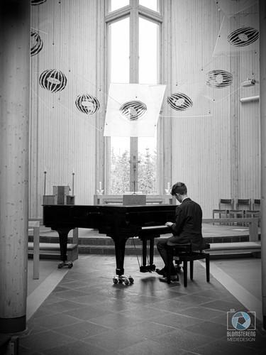 Adrian_piano_BW_2.jpg