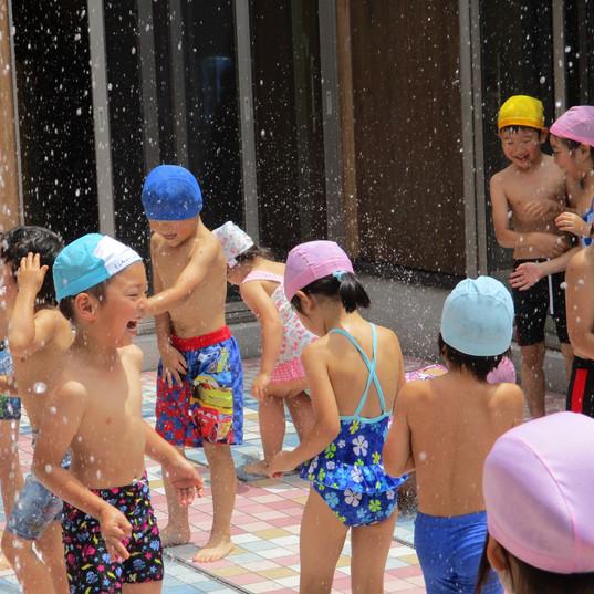 噴水広場での      水遊び.JPG