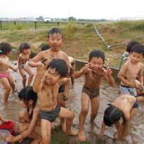 じゃぶじゃぶ池での泥遊び.JPG