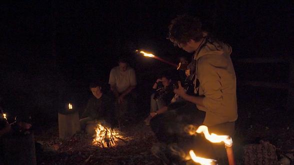 Beim Baumzelt-Abenteuer für Gruppen sitzen wir gemeinsam am Lagerfeuer.