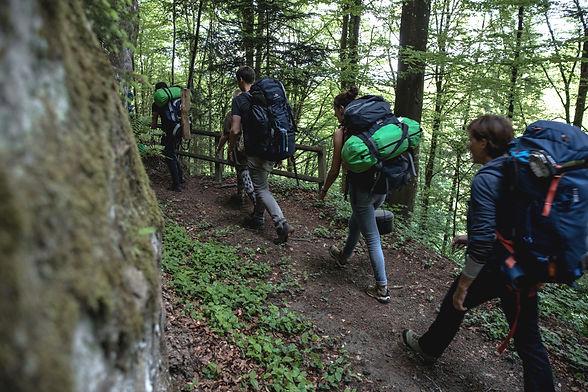Beim Baumzelt-Abenteuer für Gruppen wandern wir einen an einen schönen Platz in der Natur