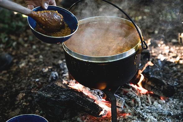 Beim Baumzelt-Abenteuer für Gruppen kochen wir über dem Feuer