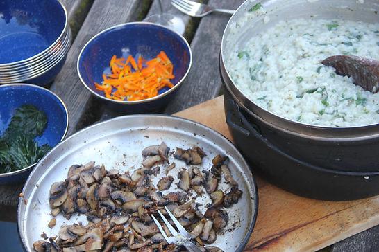 Kochen über dem Feuer beim Familienabenteuer im Baumzelt im Gantrisch