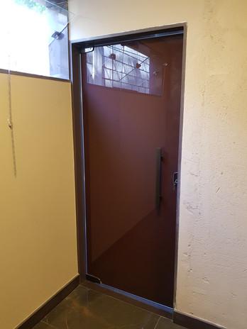 Porta Pivotante com Pelicula Marron.