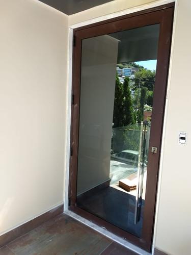 Porta de Esquadrias Suprema com vidro.