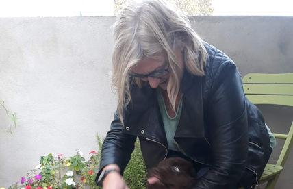 Maggie no jardim / Maggie in the garden