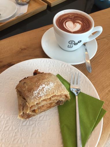 KaffeeWerkstadt Kakao mit Apfelstrudel