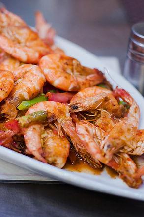 grilled-prawns-shrimps-plate-dark-table.