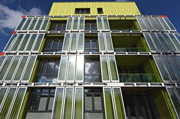 Bio Intelligent Quotient. Edificio con paneles de microalgas