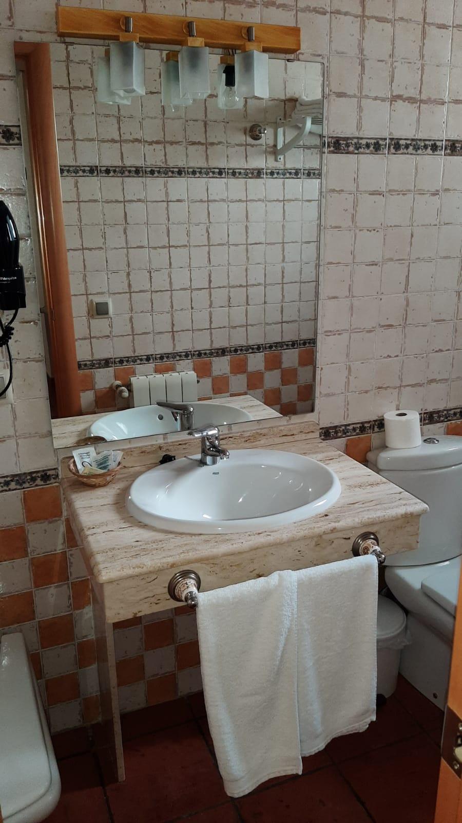 apartamento turístico azuaga baño.jpg