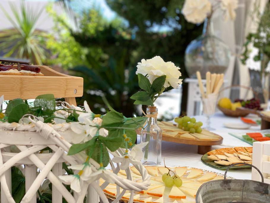 Detalle de decoración de mesas exteriores en el salón de celebraciones