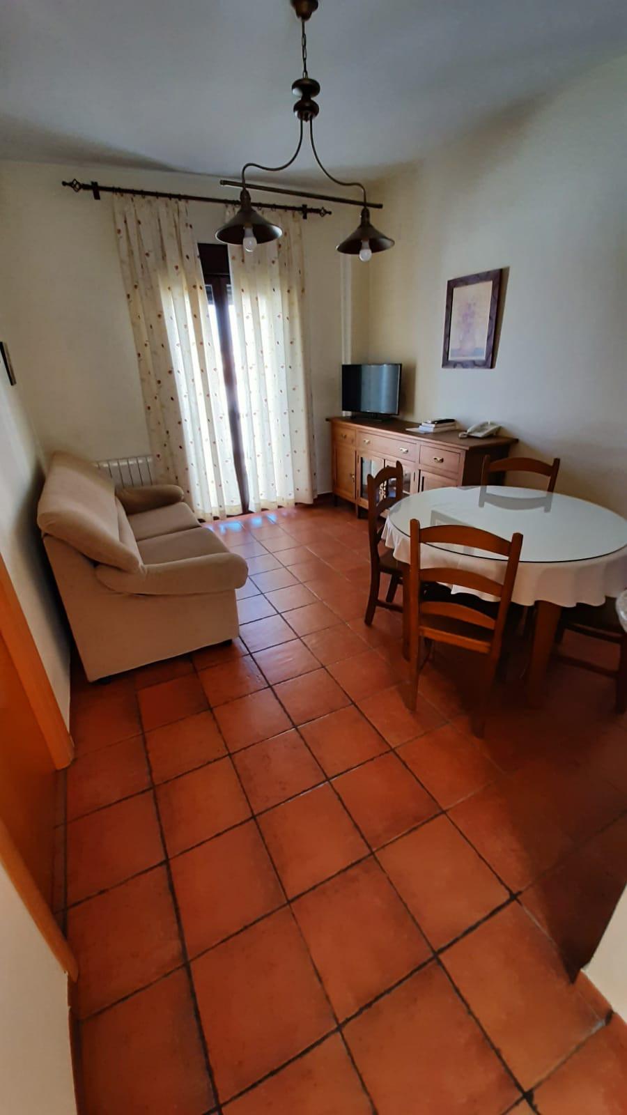 apartamento turístico azuaga salón mesa.
