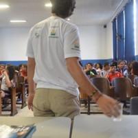 02_alunos_assistindo_a_apresentação_do_p