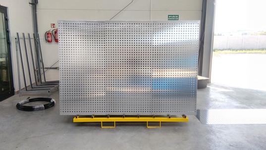Perforowane panele elewacyjne oczekujące na proces lakierowania i montaż na budynku