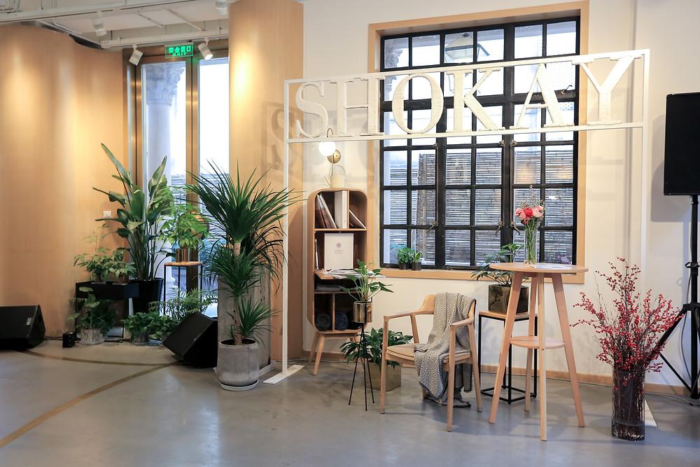 時裝秀的場地佈置成現代家居感,打造 SHOKAY 簡約舒適的品牌形象