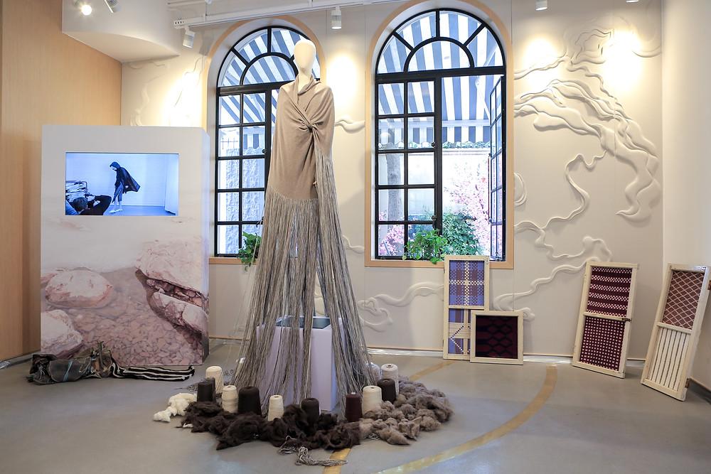 SHOKAY 手工裙擺禮服,由下只至上,不斷攀升,完全表現由純天然牦牛絨到紗線到紡織服飾的造藝