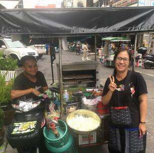 1. (大)「忙しそうだったが、楽しそうに元気に大きな声で営業していた。タイ -