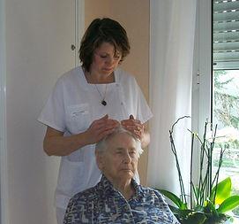 sophromagnétisme par Sandrine Carlus à une personne âgée en EPHAD en Aveyron