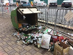 Rozsypaný kontejner na sklo, ilustrační foto