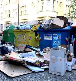 Ilustrační foto, přeplněné kontejnery na tříděný odpad