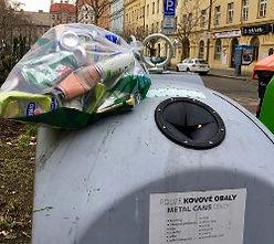 Přeplněný kontejner na drobný kovový odpad