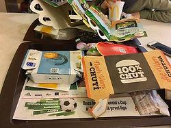 Třídění papíru, ilustrační foto, zbytečné obaly, fastfood