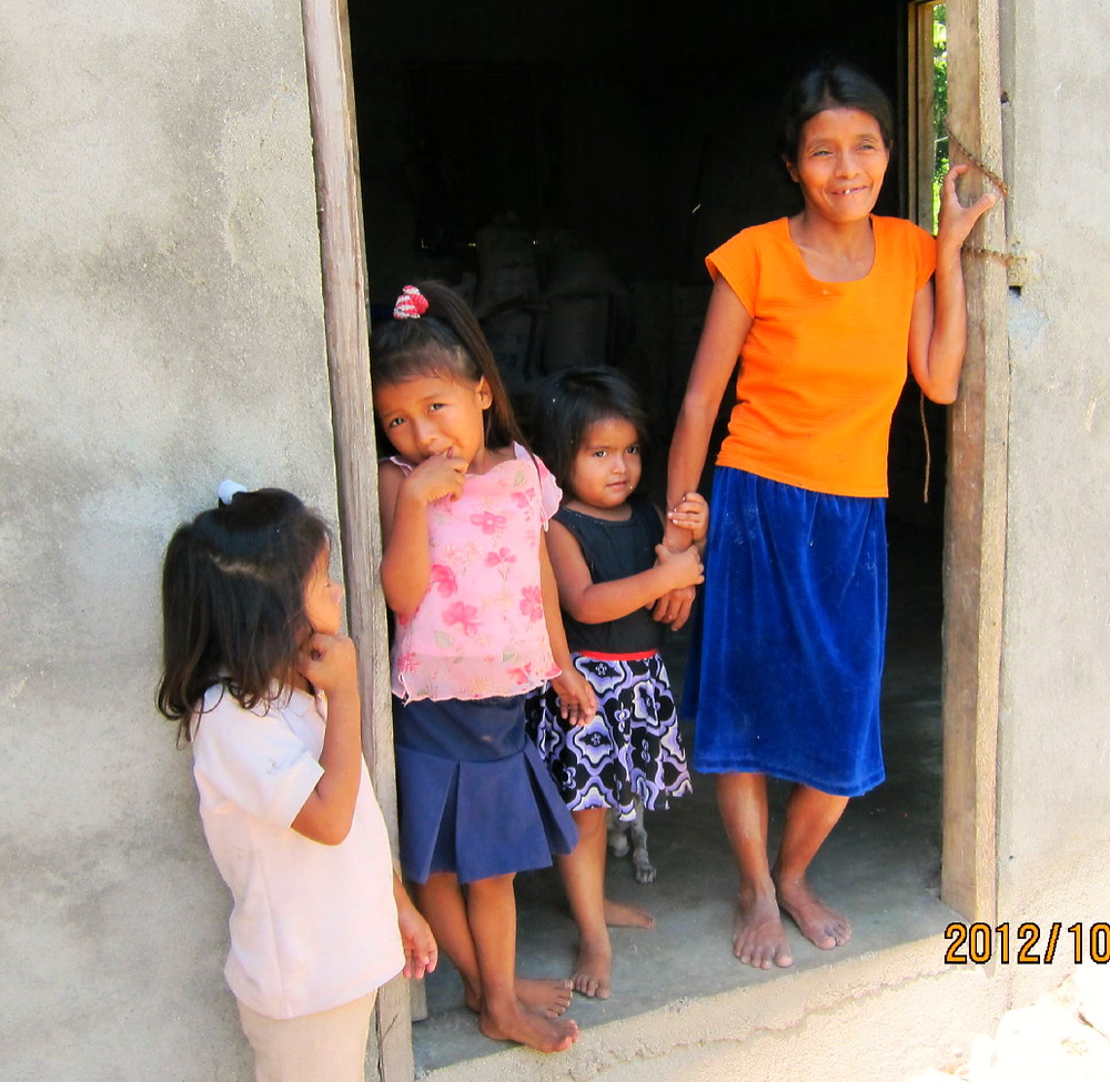 Tapiqulares,+Vilma+and+her+children+in+their+new+home,+October,+2012,+honduras+0 2013-7-15-17:28:27